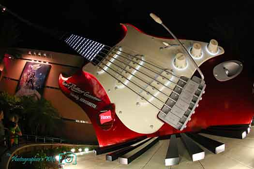The guitar at Rock 'n' Roller Coaster at night